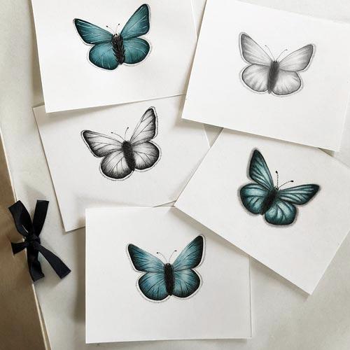 Cinque farfalle disegnate in modi diversi